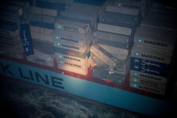 Les autorités maritimes de Cherbourg ont surveillé le navire cette nuit afin de s'assurer que les conteneurs en équilibre ne tomberaient pas à la mer (Photo : Bruno Planchais/Marine nationale)