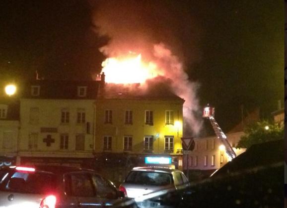 Les pompiers vont tenter d'empêcher le feu de se propager aux immeubles voisins (Photo de @MeganeAurelle sur Twitter)