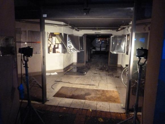 Les portes coulissantes du hall ont été soufflées par ce qui ressemble à une explosion. Un début d'incendie s'est déclaré provoquant d'im!portants dégâts jusque dans le bureau du maire situé au deuxième étage
