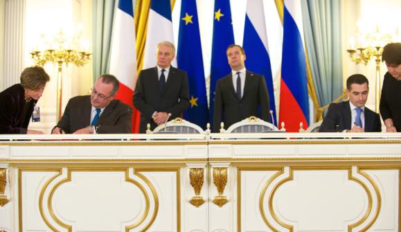 Le directeur du groupe Arelis, Pascal Veillat, signant l'accord de coopération (à gauche sur la photo) avec son partenaire russe, en présence des deux Premiers Ministres le 1er novembre 2013. L'un des 4 sites principaux d'Arelis se situe à Saint-Aubin-Lès-Elbeuf.