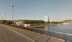 Le désespéré a posé son vélo contre la rambarde du pont et a enjambé le parapet. Les policiers sont arrivés à temps ! (@Google Maps)