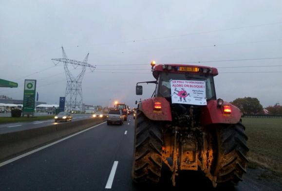 Les tracteurs ont pris d'assaut la RN20 dans le sud de l'Essonne en direction de Paris (Photo @ChevallierCcile/Twitter)