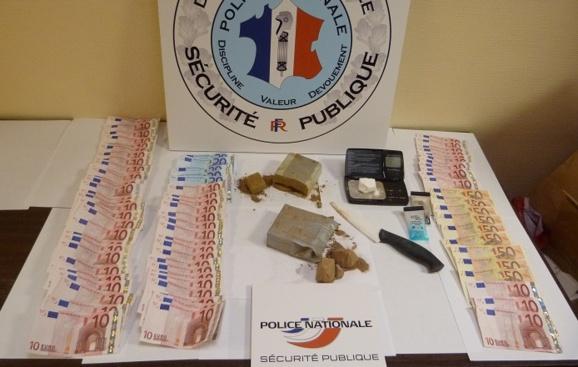 Les policiers ont saisi 560 gramlmes d'héroïne, un peu de cocaïne et 1 100€ en billets de banque (Photo : Direction de la sécurité publique)