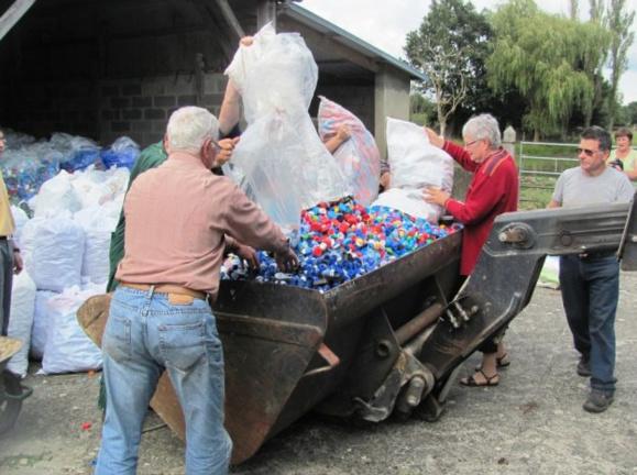 La récupération de toutes sortes de bouchons, permet chaque année à l'association normande de financer des projets au profit de personnes en situation de handicap (Photo Bouchons276)