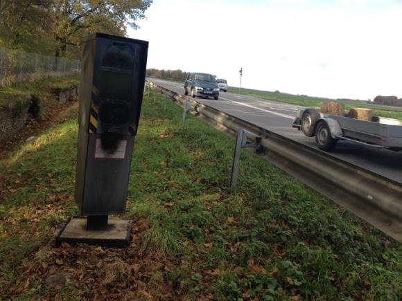 Barbouillés de peinture noire, les deux radars installés en bordure de l'ex-RN13 à Caillouet-Orgeville entre Pacy-sur-Eure et Evreux (dans les deux sens) sont hors service depuis plusieurs jours (Photo Infonormandie)