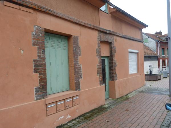 C'est dans cette habitation que deux des cambrioleurs ont été interpellés à Amfreville-la-Mivoie. Ils ont pénétré à l'intérieur après avoir fracturé la vitre de la porte d'entrée (Photo : DR)