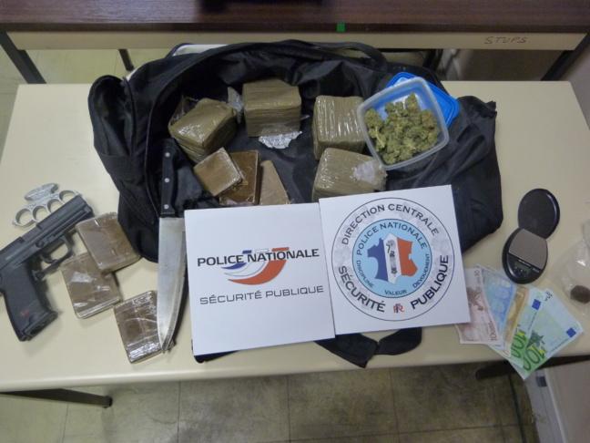 Lors des perquisitions opérées au domicile des trois suspects, à Rouen et à Corneville-sur-Risle (Eure), les enquêteurs de la Brigade des stup' ont saisi 2,5 kg de cannabis, une arme, un poing américain et de l'argent (Photo : DR)