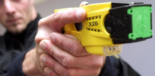 Les policiers ont dû faire usage de leur pistolet à impulsion électrique pour neutraliser le fils violent et excité (Photo d'illustration)