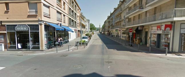 La collision s'est produite ici, à l'intersection des rues Lafayette et de Lessard, sur la rive gauche de Rouen. L'ambulance a été projetée dans la devanture du café Le Floréal (à gauche) @Photo d'illustration Google Maps