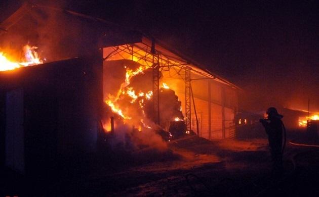 La jeune femme, sapeur-pompier volontaire, a reconnu avoir mis le feu à deux conteneurs mais pas aux bâtiments agricoles qui ont brûlé dans le même secteur entre Noël et le jour de l'An dernier (Photo d'illustration)