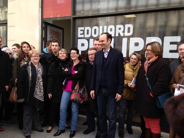 Le candidat Edouard Philippe, entouré de quelques-uns de ses soutiens, lors de l'inauguration du local de campagne (Photo : DR)