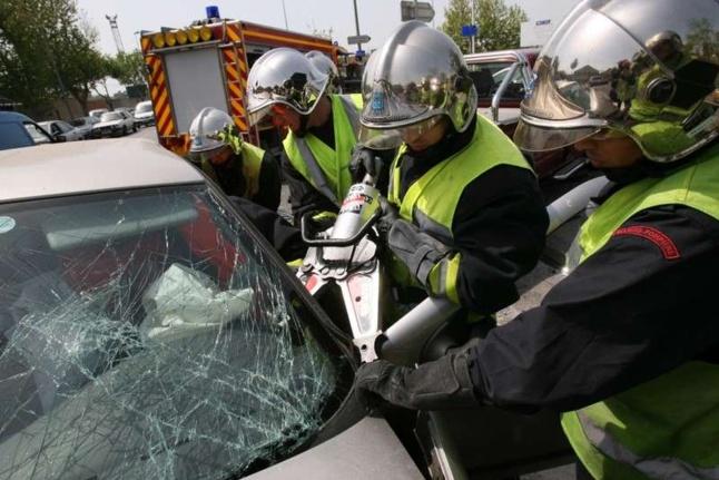 Les pompiers ont dû découper l'habitacle de la fourgonnette pour extraire le conducteur et son passager (Photo d'illustration)