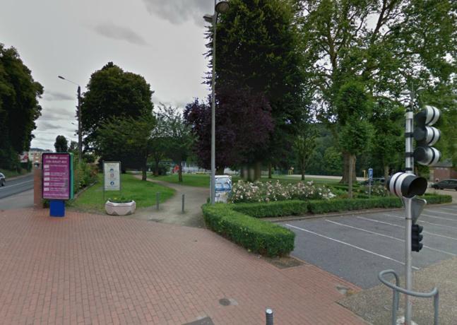 Le corps de la victime a été découvert par une passante samedi vers 20 heures dans le parc municipal situé près de la mairie du Houlme