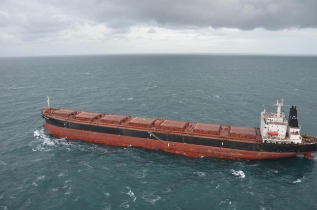 Le marin blessé était à bord du cargo Pontodamon. Il a été hélitreuillé à bord de l'hélicoptère de la marine nationale pour être transporté à l'hôpital de Dunkerque (Photo Marine nationale)