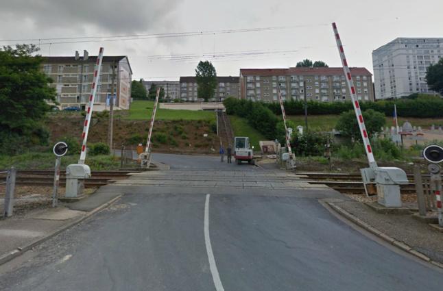 Le drame s'est produit à hauteur du passage à niveau au tout début de la route d'Houppeville