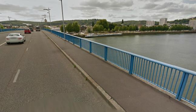 Lorsque les policiers sont intervenus, l'homme avait enjambé la balustrade du pont et se retenait à bout de bras prêt à se laisser tomber  (@Google Maps)