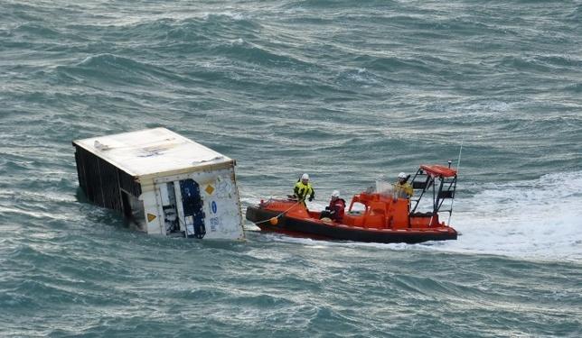 Le conteneur dérivait dans une mer formée, ce qui a rendu très difficile l'intervention des hommes de la Marine