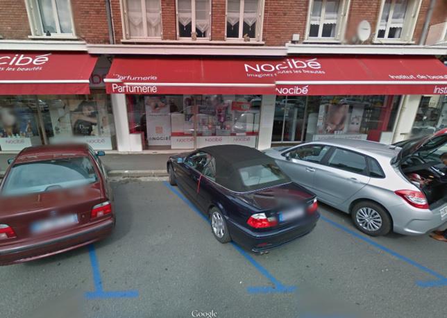 Des témoins ont été réveillés par le bruit lorsque la voiture a défoncé la vitrine de la boutique (Photo d'illustration Google Maps)