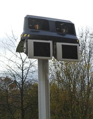 Au sommet du pylône du radar, deux caméras infrarouges et des capteurs calculent la vitesse (Photo @InfoNormandie)