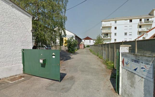 Le bâtiment situé au fond de cette cour a éntièrement brûlé (Photo @Google Maps)