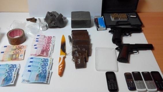 La drogue était conditionnée sous la forme de plaquettes. Les policiers ont également saisi les deux armes, les couteaux et les téléphones portables qui servaient au trafic