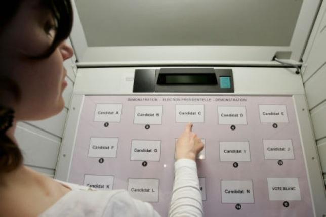 Au Havre, les bureaux de vote sont équipés de « machine à voter » depuis 2005, il n'y a ni urne, ni enveloppe, ni bulletins et le choix s'effectue en sélectionnant le numéro qui correspond au choix de sa liste (Photo d'illustration)