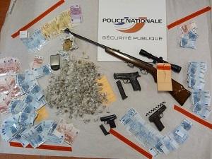 Argent, drogue et armes ont été saisis lors des perquisitions aux domiciles des suspects (Photo DR)
