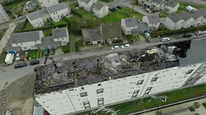 La toiture de l'immeuble Quercy a été fortement endommagée par le feu (Capture d'écran vidéo de la ville de Fécamp)