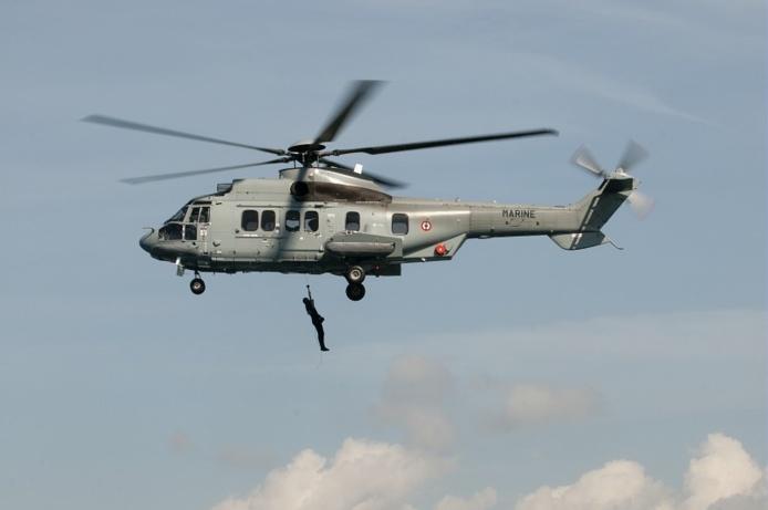 Les trois personnes ont été helitreuillés à bord de l'hélicoptère de service public (Photo Jérôme Hary/Marine nationale)