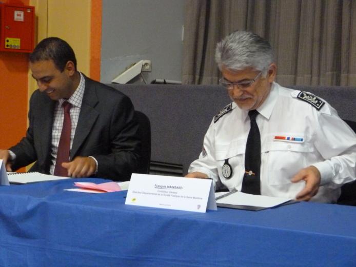 François Mainsard, directeur de la Sécurité publique de Seine-Maritime et Mehdi Bahtani, directeur régional de La Poste de Haute-Normandie, lors de la signature de la convention à l'école de police de Oissel  (Photo DDSP)