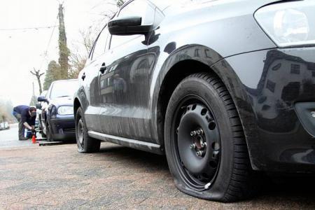 Les vandales ont crevé une dizaine de pneus en quelques minutes dans le même secteur (Photo d'illustration)