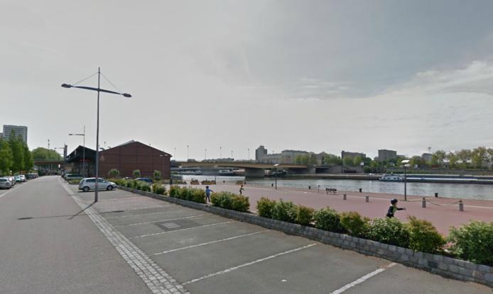 La jeune femme marchait, avec ses amis, sur le quai en bordure de la Seine lorsqu'elle s'est jetée à l'eau (Google Maps)