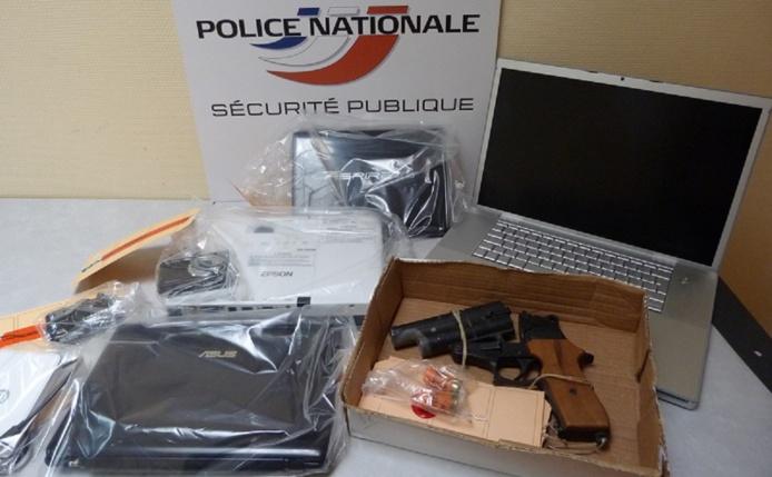 Ce sont querlques-uns des objets qui ont été saisis par les policiers lors de la perquisition au domicile du couple à Petit-Quevilly (Photo DDSP)