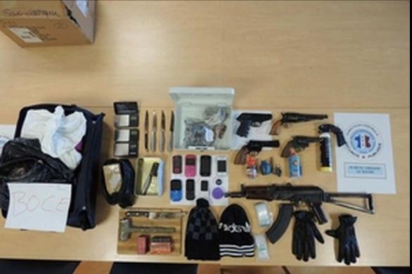 Deux pistolets mitrailleurs, dont une kalachnikov, des armes de poing et des couteaux ont été retouvés lors des perquisitions (Photo DGPN)