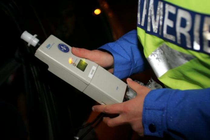La conduite d'un véhicule avec un taux d'alcool par litre de sang compris entre 0,5 et 0,79 g (soit entre 0, 25 et 0, 39 mg d'alcool par litre d'air expiré) entraîne le retrait de 6 points sur le permis de conduire et constitue une contravention de 4e classe sanctionnée par une amende pouvant aller jusqu'à 750 euros (Photo d'illustration)