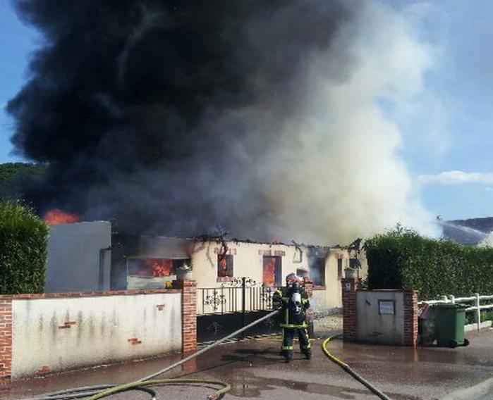 Malgré tous les efforts des pompiers, la maison de plain-pied n'a pu être sauvée (Photo DR)