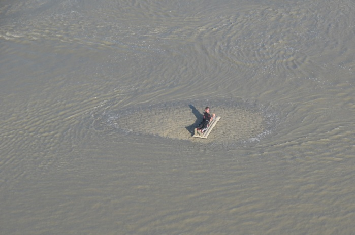 Le jeune homme ( on le voit ici sur un matelas gonflable) hélitreuillé après avoir été isolé par la marée montante avait été repéré plus tôt par l'équipage de l'hélicoptère de la Marine en mission de surveillance (Photo Marine nationale)