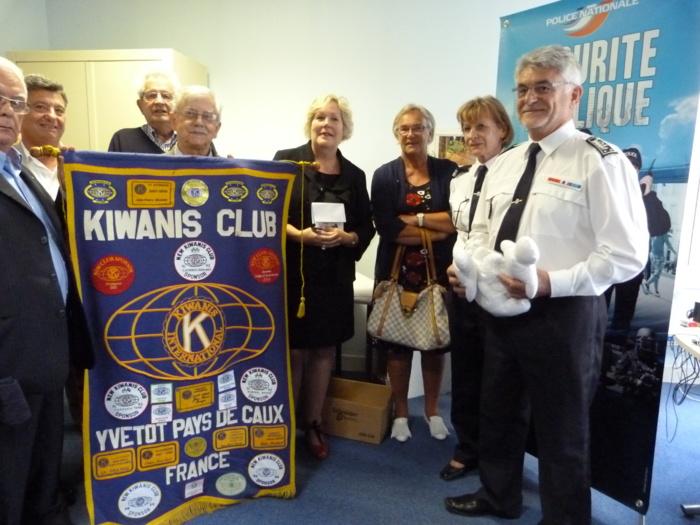 François Mainsard, directeur de la Sécurité publique, en compagnie de Bénédicte Mastroieni, la présidente du Kiwanis club, et des membres de l'association (Photo DR)