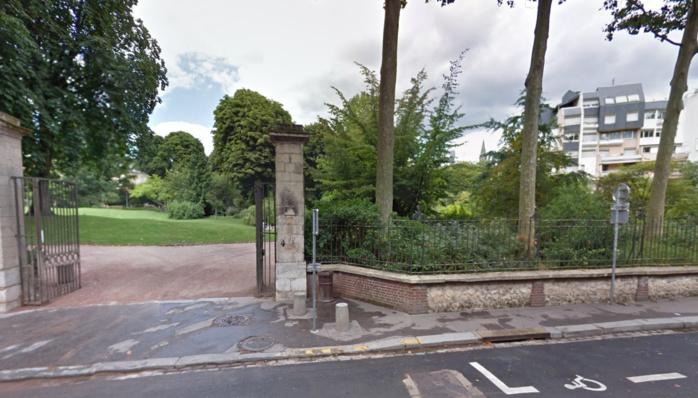 Le nourrisson a été découvert abandonné sous un buisson d'une aire de jeux dans l'enceinte des jardins de l'hôtel de ville