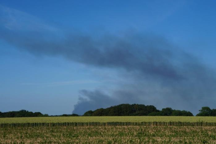 L'incendie a provoqué un panache de fumée visible à plusieurs kilomètres à la ronde