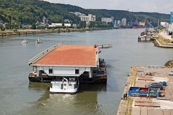 L'acheminement par la Seine de la travée remise en état s'est déroulé sans encombre, dimanche dernier (Photo seinemaritime.fr)