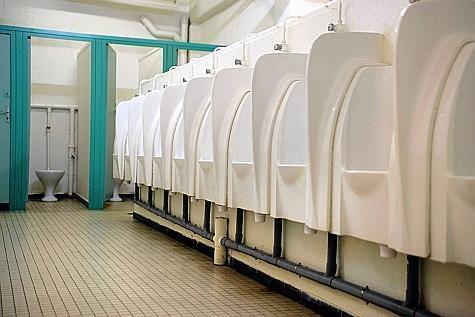 Un exhibitionniste dans les toilettes du pôle culturel à Rouen : l'homme à poil était un SDF qui venait se laver !