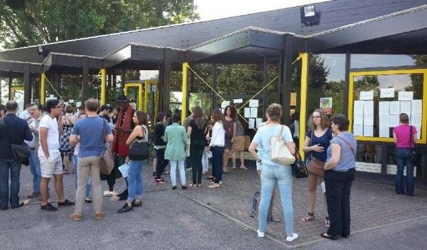 Joie et pleurs à la lecture des résultats ce vendredi matin au lycée Dumézil, à Vernon, centre d'examens dans l'Eure ( Photo : DR)