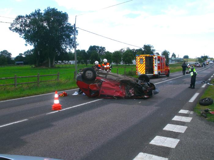 La Peugeot 205 a fait des tonneaux avant de s'immobiliser sur le milieu de la chaussée (Photo DR)