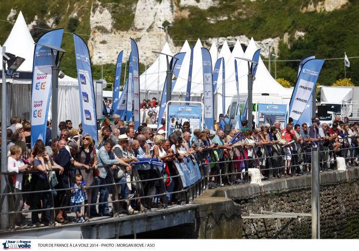 Beaucoup de monde sur les quais à Dieppe pour accueillir ce lundi après-midi les participants du Tour de France à la voile