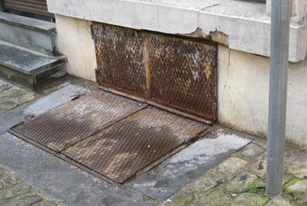 C'est par une trappe similaire à celle-ci que l'individu s'est introduit dans la cave à charbon d'un immeuble (Photo d'illustration)