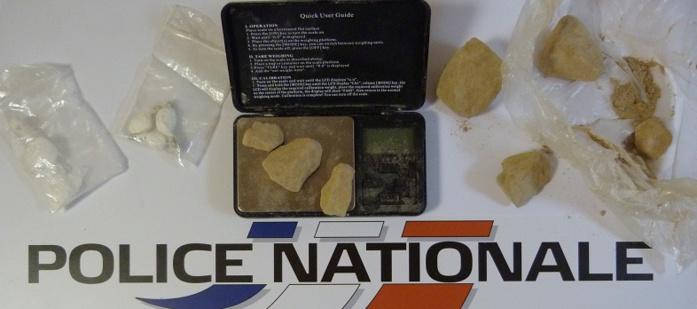 La drogue, les téléphones et la balance électrionique ont été saisis par les enquêteurs (Photo DDSP)