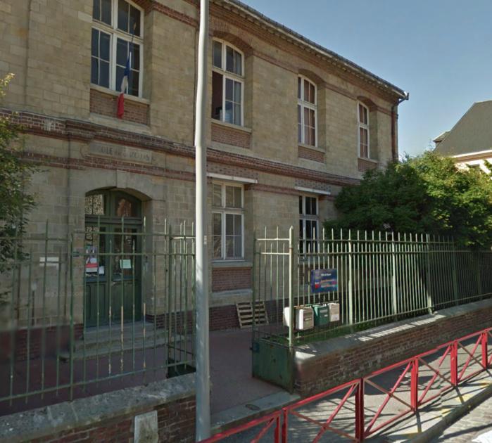 Les voleurs étaient en train d'escalader la grille de l'école lorsque les policiers sont arrivés (@Google Maps)