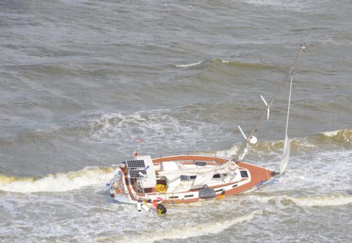 Le voilier s'est échoué au large du littoral du Pas de Calais, avec deux personnes à bord et un chat (Photo Marine nationale)