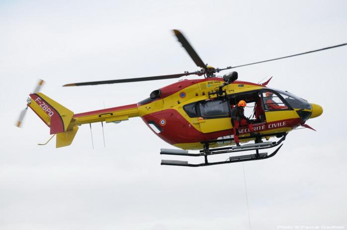 L'hélicoptère Dragon 50 de la Sécurité civile avec à son bord une équipe médicale du Service mobile d'urgence et de réanimation (SMUR) maritime de Granville est intervenu à la demande du CROSS Jobourg (Photo DR)